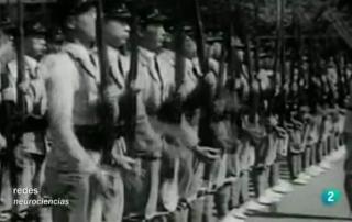"""Fotograma del programa """"El cerebro no busca la verdad sino sobrevivir"""" (RTVE, 2010). Imagen del ejército japonés, el cual era presentado por E.E.U.U.  como """"seres que com2en pescado crudo"""